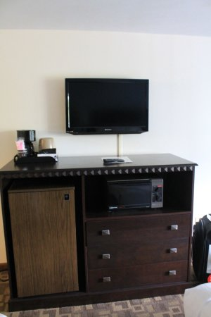 USA Inn: TV, coffee maker, refrigerator and microwave area.