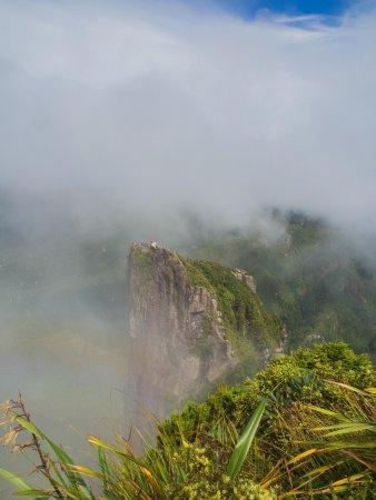 Thames, Nueva Zelanda: Fog playing around the peaks