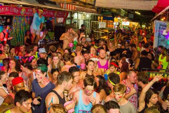 Party @ Dancing Elephant hostel for the Full Moon Party!
