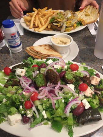 East Norwich, Nova York: Felafel greek salad & Veggie burger