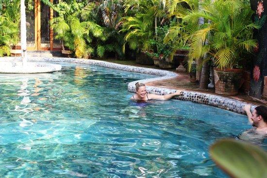 Barra de Potosi, เม็กซิโก: Rodrigo y La bella Rusa ♥ charlando y disfrutando la temperatura de la alberca.