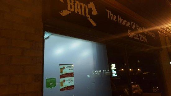 Ottawa, Canadá: BATL,  Backyard Axe Throwing League...  2615 Lancaster road. The place for serious fun