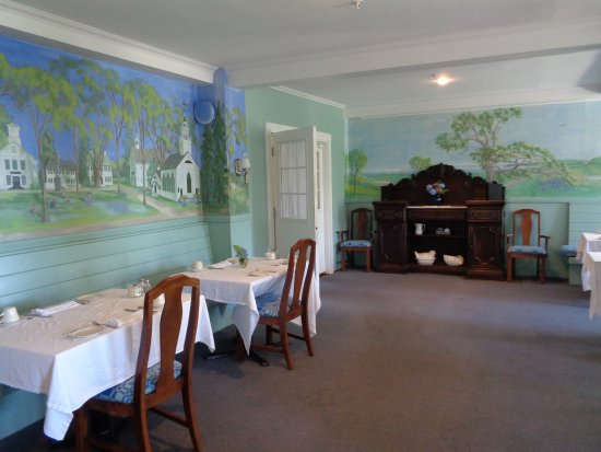 The Castine Inn: Mural of town painted around room