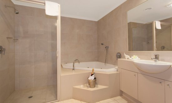 Melbourne Metropole Central: Relax in the in-room spa when you book a One Bedroom Spa room