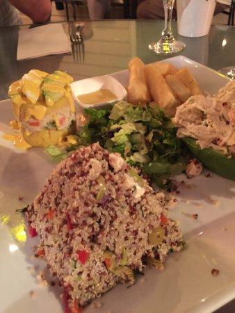 Lambertville, Nueva Jersey: quinoa shape like pyramid, chicken salad in an avocado---we liked all four appetizers. Generous
