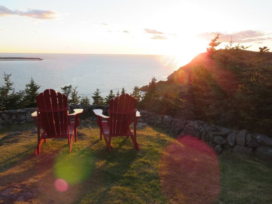 Placentia, Canadá: Two Red Chairs at Sunset Castle Hill