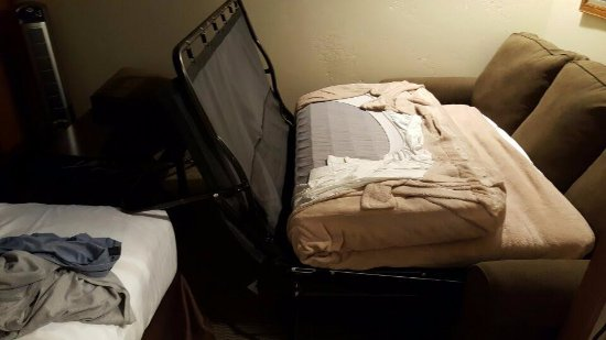 Pokolodi Lodge: Pull out beds do NOT work, as the hotel bought new beds that are too large for the room.
