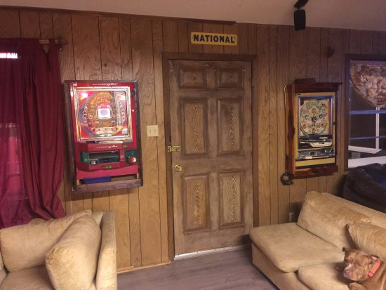 Woodville, Teksas: Many antiques to buy when you rent this cedar cabin.