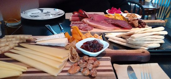 Mayne Island, Kanada: Charcuterie board and Cheese board with a side of warm pita slices.