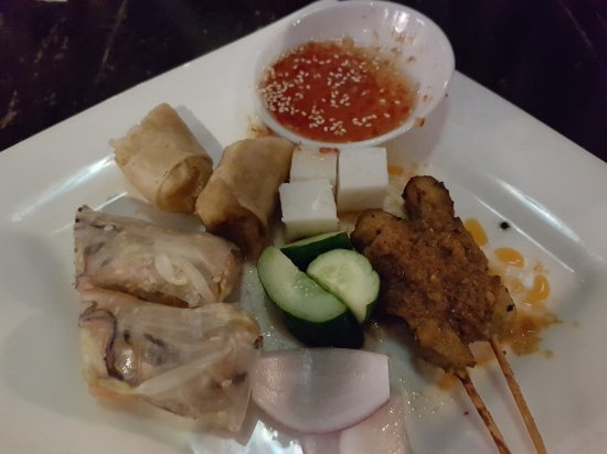 Geographer Cafe: Sharing platter of satay and spring rolls. Average taste