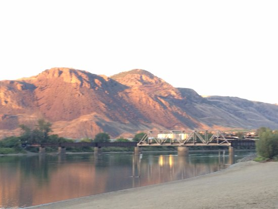 Kamloops, Kanada: Scenic Mountains and train on the river