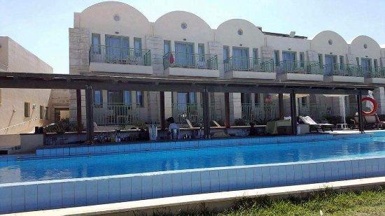 Grand Bay Beach Resort: suite 105 et 106 derrière le bar par de place pour transat et vue gachée
