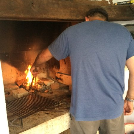 Zminj, Croácia: Lighting a fire to cook fish