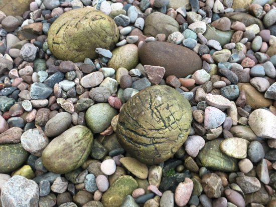 Stonehaven, UK: The pebbled beach on the left side of the castle