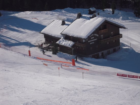 Manigod, France : la vieille ferme situé au milieu des piste de ski du col de merdassier relié au domaine de la cl