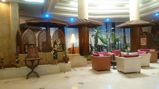 Azalai Hotel Salam: バーと奥のレストラン
