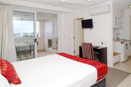 BEST WESTERN PLUS Cairns Central Apartments: Studio room features a kitchenette and balcony