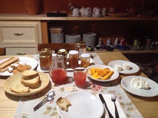 Villamassargia, Италия: Tavola imbandita per colazione super!