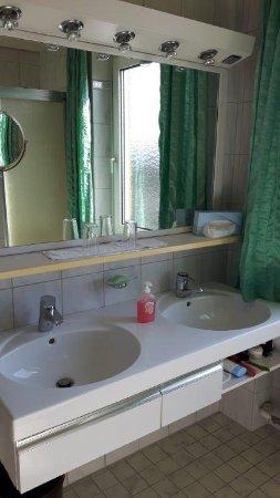 Braugasthof Hotel Lowenbrau: Hell Gefliestes Bad Mit Zwei Waschbecken