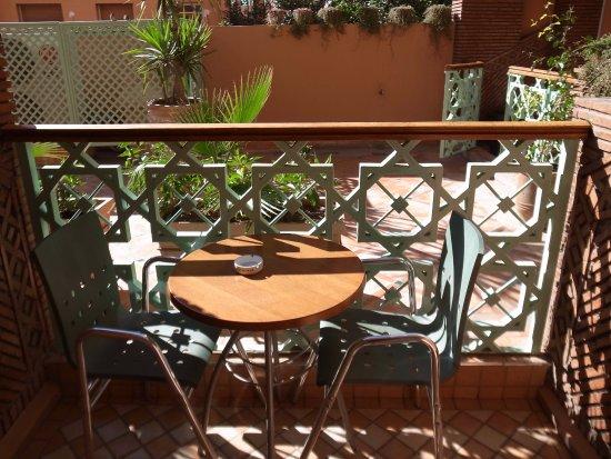 Hotel Almas: 落地窗外的小陽台,一桌兩椅。