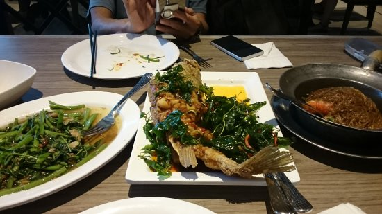 Somboon Seafood - Branch Central Embassy: 炒菜, 魚 和 粉絲蝦煲