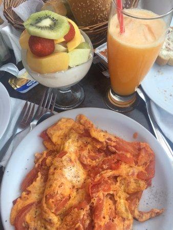 Agios Prokopios, Greece: Griechischer Joghurt, frisch gepresster Orangensaft und ein Omelett