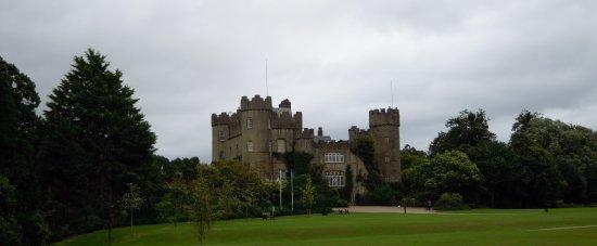 Malahide, أيرلندا: El Castillo de Malahide con su amplia zona verde