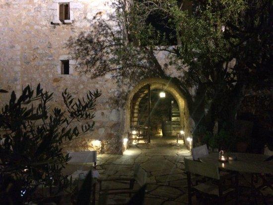 Koita, Grecia: dinner on the terrace