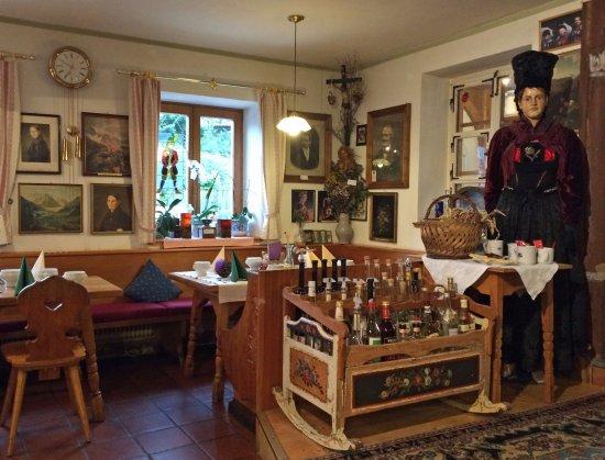 Elbigenalp, Österreich: Schnapsbar im Kinderbett