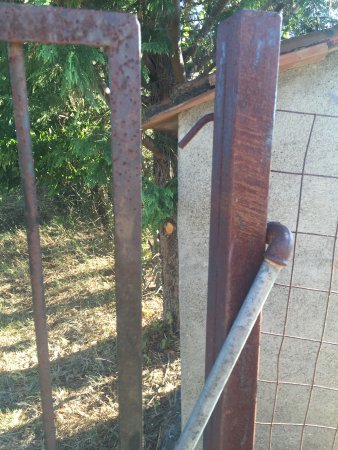 Roccastrada, Italien: Unsafe rusted gate