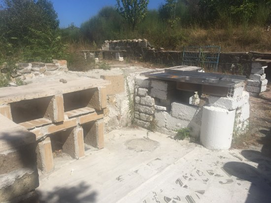 Roccastrada, Itália: Unfinished concrete outdoor kitchen