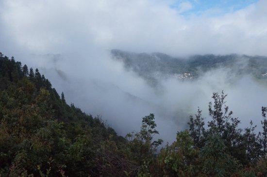 Yangyuan County, China: Kabut melukis bukit