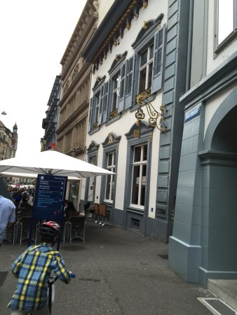 Schlüsselzunft: Front and outside tables in the Freie Strasse