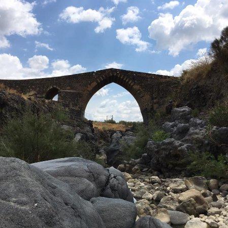 Adrano, Ιταλία: Ponte dei Saraceni (IX secolo)