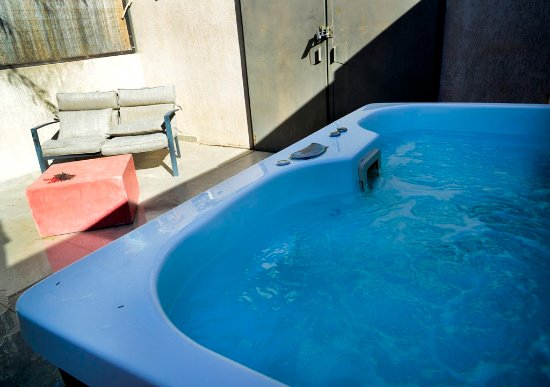 InnSense Bistro and Suites: Hot Tub