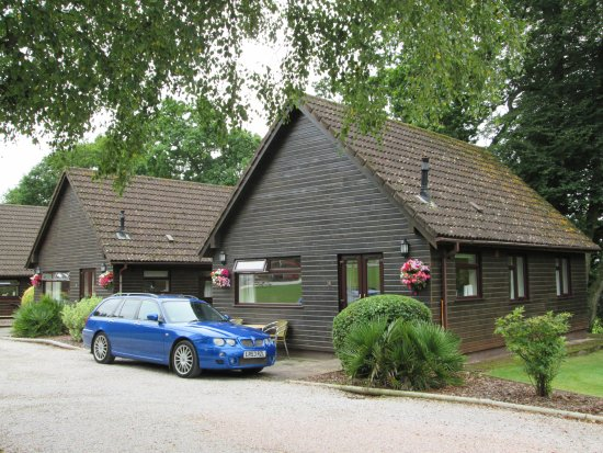 Alpine Park Cottages: Our cottage with our car parked right outside the front