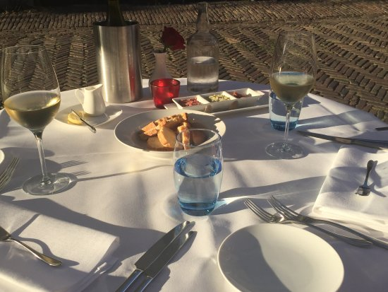 Девентер, Нидерланды: Onze tafel mooi gedekt met wit tafellinnen