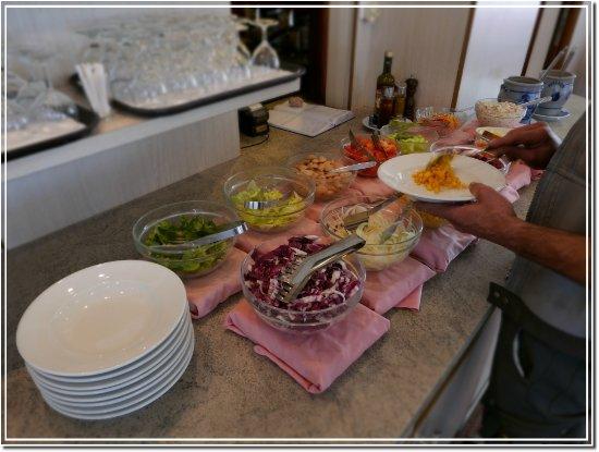 Buffet Di Insalate Miste : Buffet di insalate tutti i giorni a mezzogiorno picture of hotel