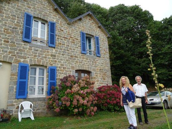 Roz-sur-Couesnon, France: Façade aux volets bleus et Horthensias