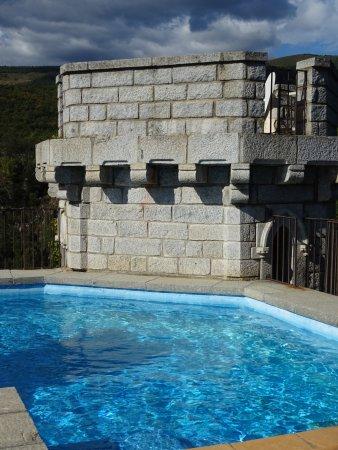 Molitg-les-Bains, France : piscine chauffée sur le donjon