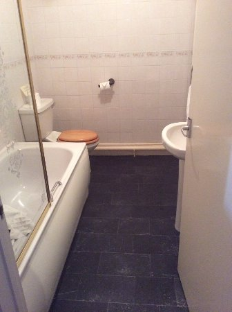 Belle Vue Royal Hotel: The Basic Bathroom