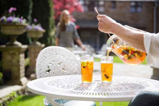 St. Peter, UK: Pimm's in the garden