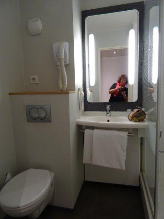 w c lavabo et douche de la chambre 932 photo de ibis paris montmartre 18 me paris tripadvisor. Black Bedroom Furniture Sets. Home Design Ideas
