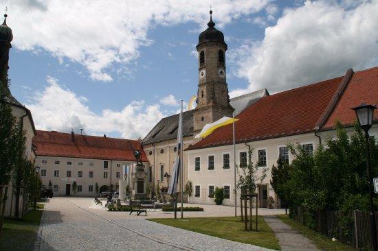 Weyarn, Deutschland: Rathaus mit Klosterkirche St. Peter & Paul