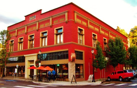 Oregon City, OR: Nebbliolo Wine Bar And Market front and side view