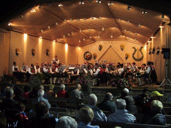 Villabassa, Italia: czwartkowy koncert orkiestry dętej w amfiteatrze obok hotelu