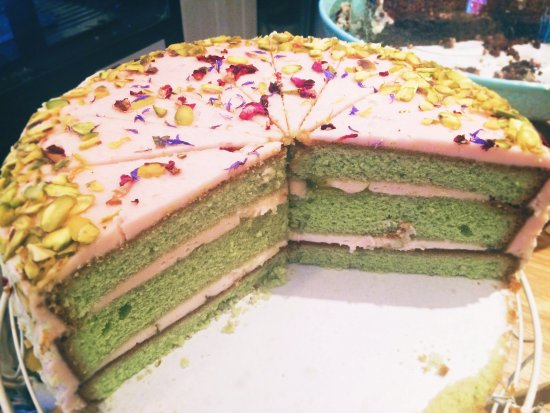 Tenterden, UK: Beautiful rose and pistachio cake!
