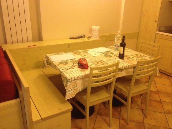 tavolo pranzo con cassapanca foto di residence club
