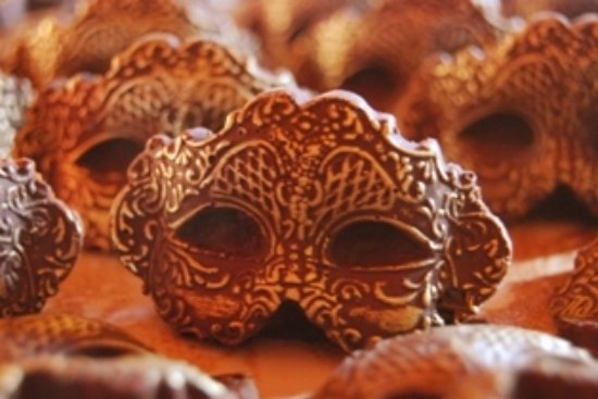Plettenberg Bay, Afrika Selatan: mini chocolate masks highlighted with edible gold