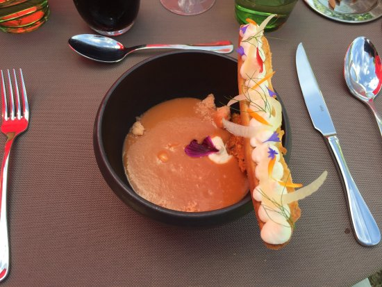 Lussac les Chateaux, Frankreich: Starter - gazpacho with a goat cheese tartine